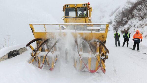 სპეციალური მანქანა გზაზე თოვლს წმენდს - Sputnik საქართველო