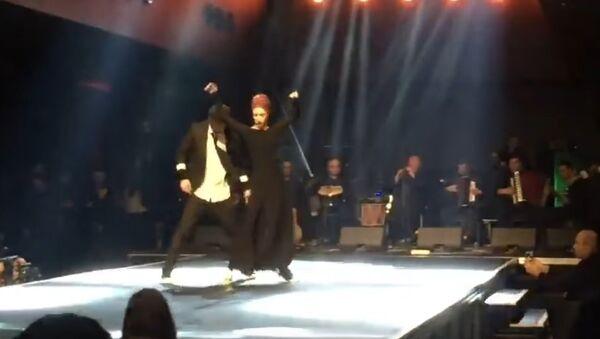 Илико Сухишвили на сцене с одной из танцовщиц Сухишвили - Sputnik Грузия