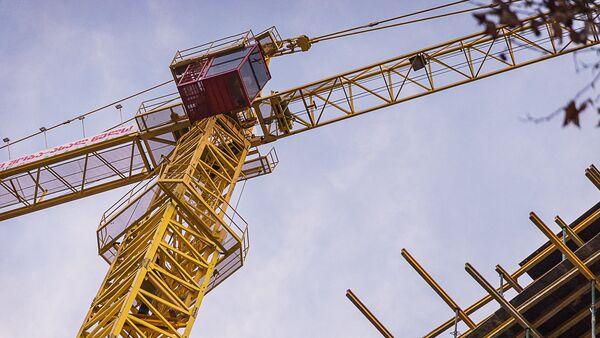 Подъемный кран на строительстве нового многоэтажного жилого дома в грузинской столице - Sputnik Грузия