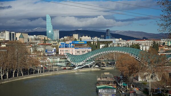 Зимний Тбилиси - вид на набережную города, мост Мира и центральную часть столицы - Sputnik Грузия