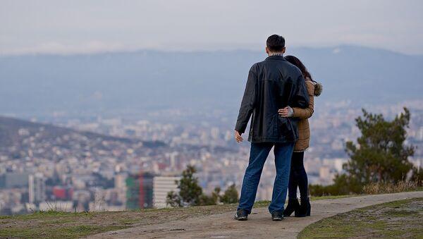 Парень с девушкой смотрят на город - Sputnik Грузия