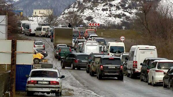 Длинная пробка из машин на Военно-Грузинской дороге зимой - Sputnik Грузия