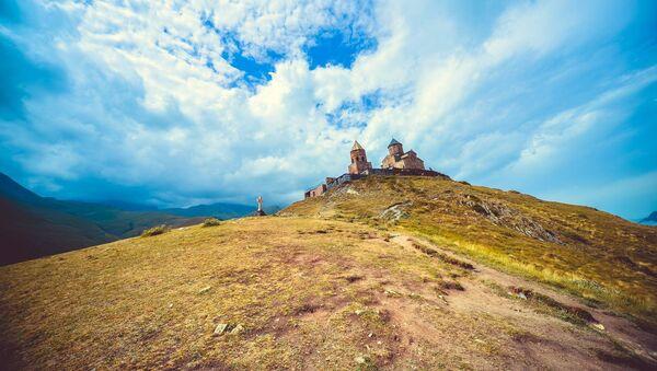 Троицкая церковь в селе Гергети у подножья горы Казбек у Военно-Грузинской дороги - Sputnik Грузия