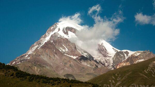 Гора Казбек в Казбегском районе неподалеку от города Степанцминда - Sputnik Грузия