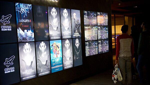 Люди у афиши в кинотеатре - Sputnik Грузия