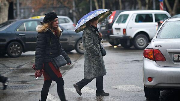 Прохожие на улице в плохую погоду - Sputnik Грузия