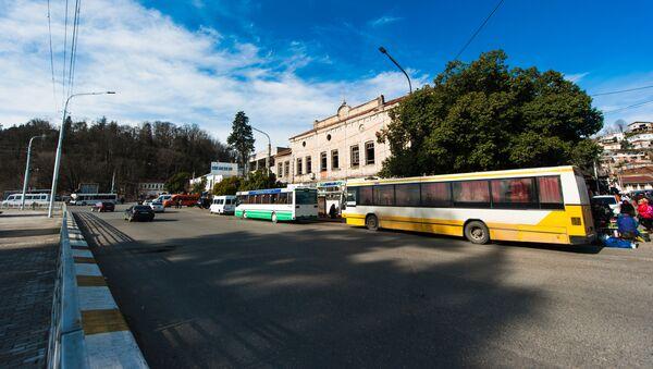 Автобусы на остановке возле рынка в городе Кутаиси - Sputnik Грузия