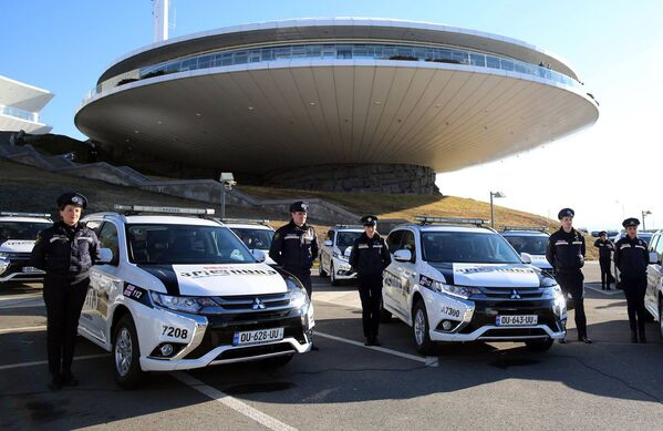 Торжественная церемония передачи автомобилей прошла у здания Центра оперативного управления неотложной помощи 112 в Тбилиси - Sputnik Грузия