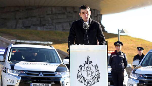 Глава МВД Георгий Гахария выступает на церемонии передачи гибридных и электромобилей полиции - Sputnik Грузия