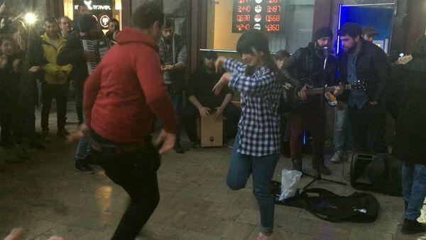 Зажигательное выступление уличных музыкантов у станции метро - Sputnik Грузия