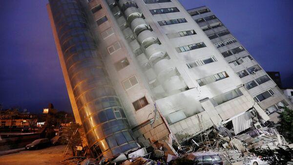 მიწისძვრის შედეგად გადახრილი სასტუმრო ტაივანში - Sputnik საქართველო