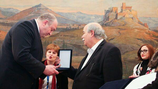 Глава парламента Греции Никос Вуцис вручил президенту Грузии Георгию Маргвелашвили золотую медаль греческого парламента - Sputnik Грузия