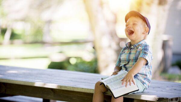 Маленький мальчик читает книгу - Sputnik Грузия