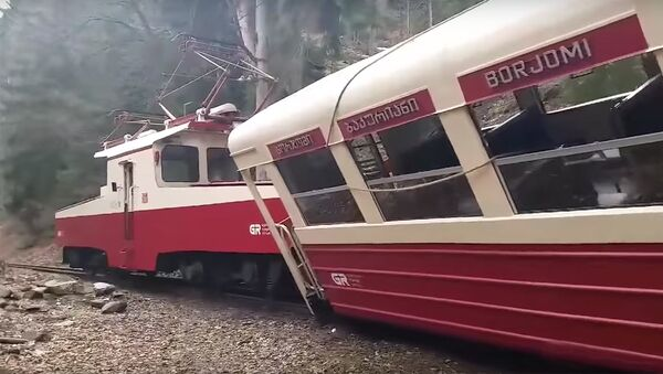 Поезд Боржоми-Бакуриани потерпел аварию: видео с места ЧП - Sputnik Грузия