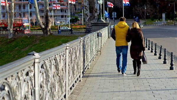 Молодая пара гуляет по Метехскому мосту в центре Тбилиси - Sputnik Грузия