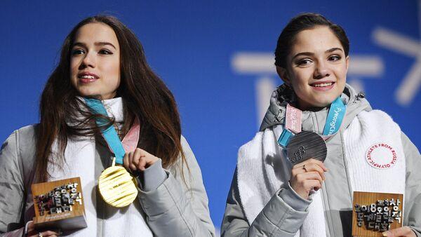 Призеры женского одиночного катания в соревнованиях по фигурному катанию на XXIII зимних Олимпийских играх (справа налево): Евгения Медведева (Россия) - серебряная медаль и Алина Загитова (Россия) - золотая медаль, на церемонии награждения - Sputnik Грузия