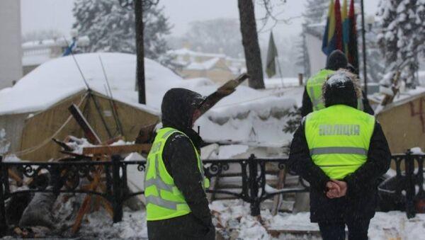 Полиция у палаточного городка в Киеве - Sputnik Грузия