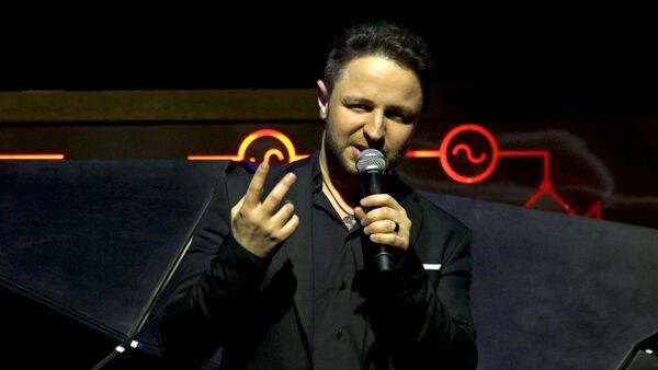 Грузинский певец спел в Баку Тбилисо и азербайджанские песни - Sputnik Грузия