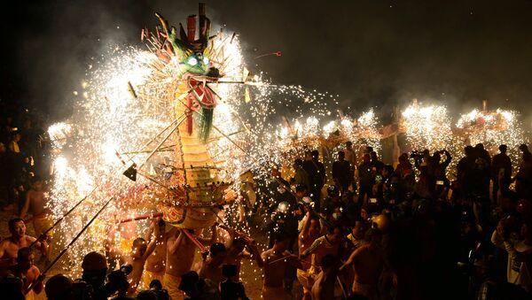 ხალხი ასრულებს ცეცხლოვანი დრაკონის ცეკვას ჩინური ფრანების ფესტივალზე - Sputnik საქართველო