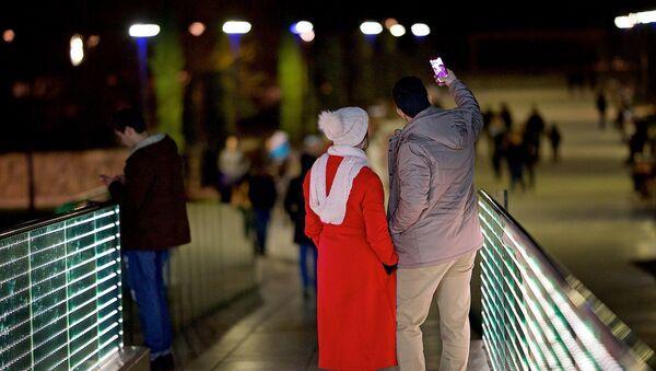 Туристы снимают селфи на мосту Мира в столице Грузии - Sputnik Грузия