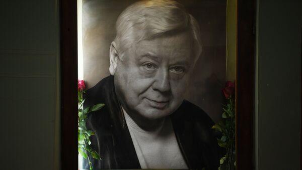 Цветы у портрета Олега Табакова - Sputnik Грузия