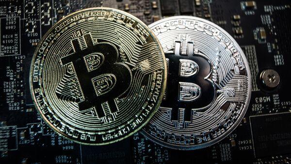Сувенирные монеты с логотипами криптовалюты биткоин - Sputnik Грузия