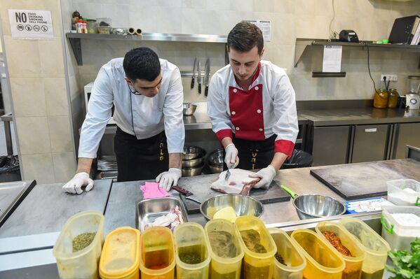 Обучиться профессии повара не так-то просто, и в этом убедился репортер Sputnik Грузия - Sputnik Грузия