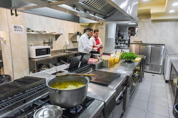 Кухни многих грузинских ресторанов, где готовят традиционные блюда, сегодня выглядят вполне по-современному и соответствуют международным стандартам - Sputnik Грузия