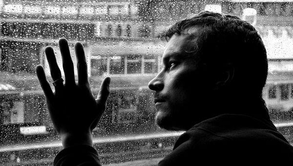 ნაღვლიანი მამაკაცი ნაწვიმარი ფანჯრის ფონზე - Sputnik საქართველო