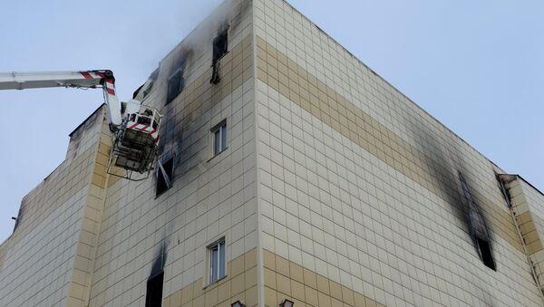 Сотрудники пожарной охраны МЧС во время тушения пожара в торговом центре «Зимняя вишня» в Кемерово - Sputnik Грузия