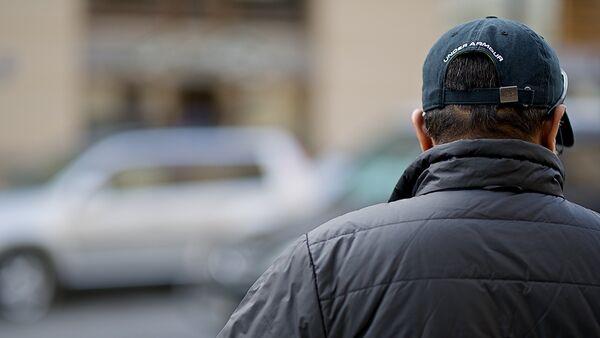 Мужчина в кепке на одной из тбилисских улиц - Sputnik Грузия