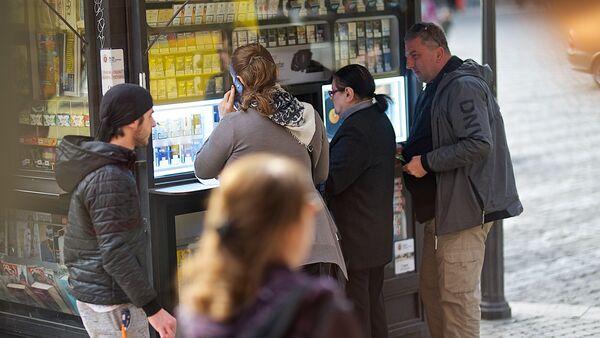 Люди покупают сигареты в сигаретном киоске на улице - Sputnik Грузия