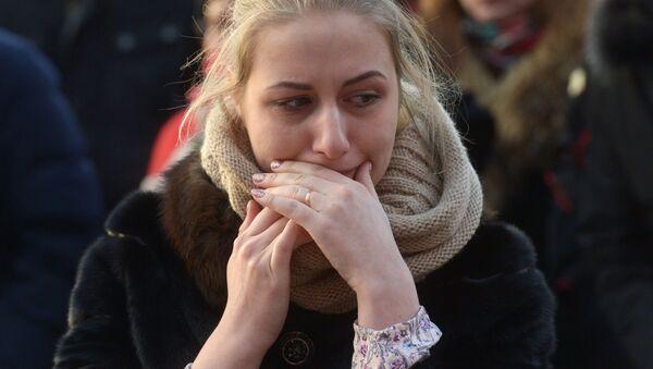 Девушка у мемориала на Манежной площади в Москве, организованного в память о погибших в ТЦ Зимняя вишня в Кемерово - Sputnik Грузия