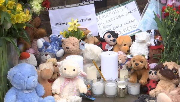У посольства России в Лондоне люди почтили память погибших в Кемерово - Sputnik Грузия