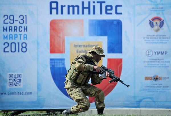 Военнослужащий войск специального назначения вооруженных сил Армении во время показательного выступления на открытии международной выставки вооружений и оборонных технологий ArmHiTec-2018 в Ереване - Sputnik Грузия