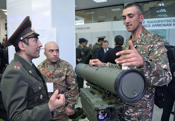 Военнослужащие на одном из стендов на международной выставке вооружений и оборонных технологий ArmHiTec-2018 в Ереване - Sputnik Грузия