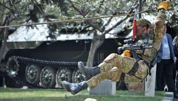 Военнослужащие войск специального назначения вооруженных сил Армении во время показательного выступления на открытии международной выставки вооружений и оборонных технологий ArmHiTec-2018 в Ереване - Sputnik Грузия