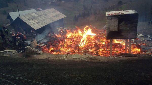 Пожар в сельском доме, архивное фото - Sputnik Грузия