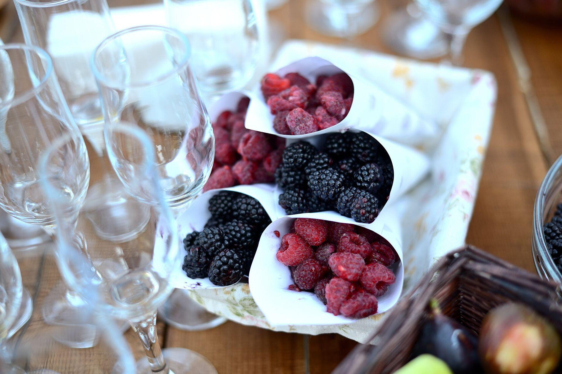 Лесные ягоды на праздничном столе - Sputnik Грузия, 1920, 28.09.2021