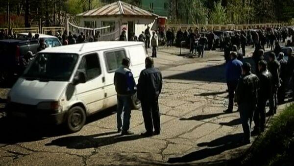 Ткибули - люди у входа в шахту Миндели, где погибли шахтеры - Sputnik Грузия