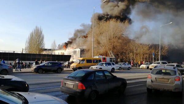 Крупный пожар на крыше ресторана в Самаре: кадры с места ЧП - Sputnik Грузия