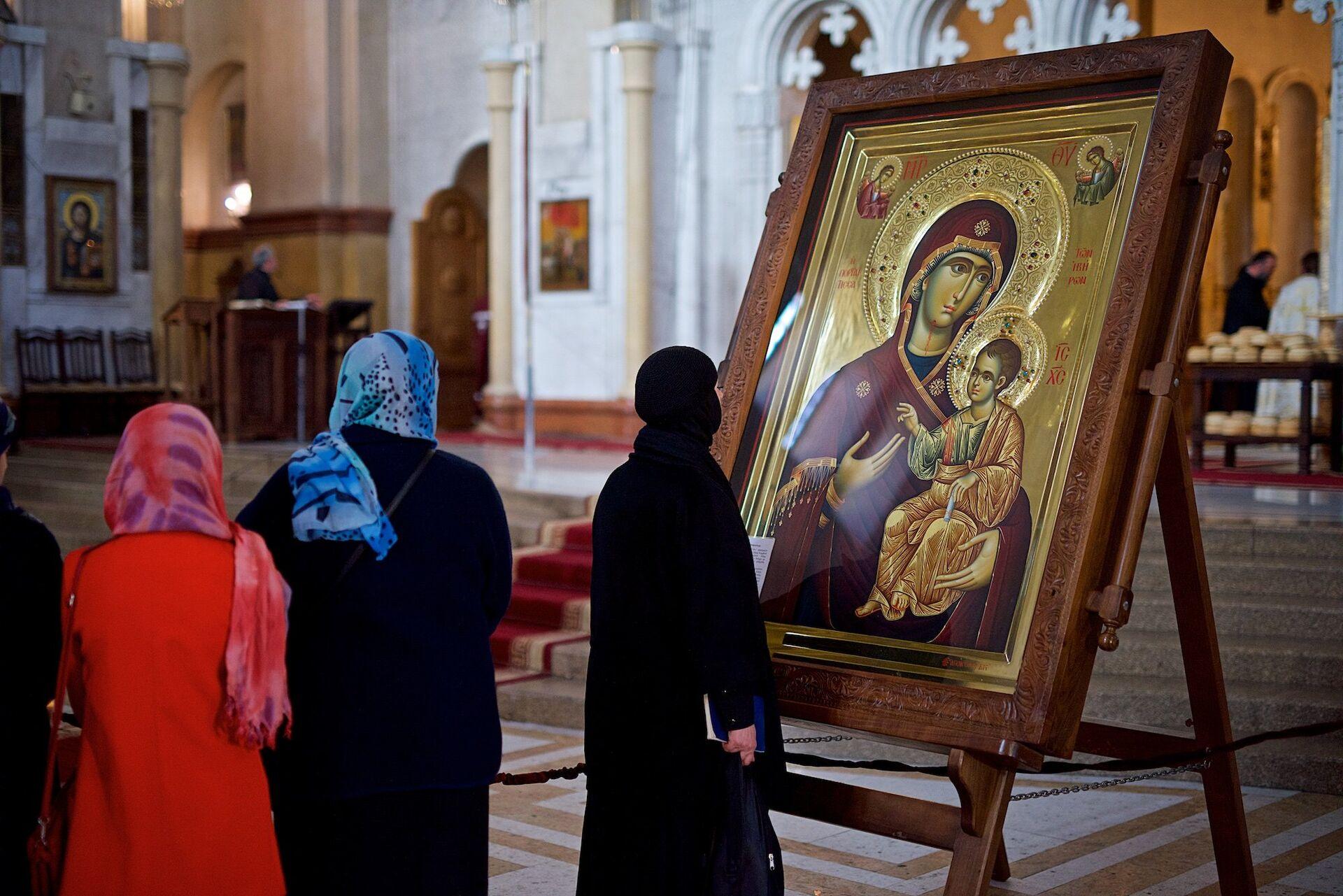 Люди у иконы Божьей Матери в храме Самеба - Sputnik Грузия, 1920, 07.09.2021