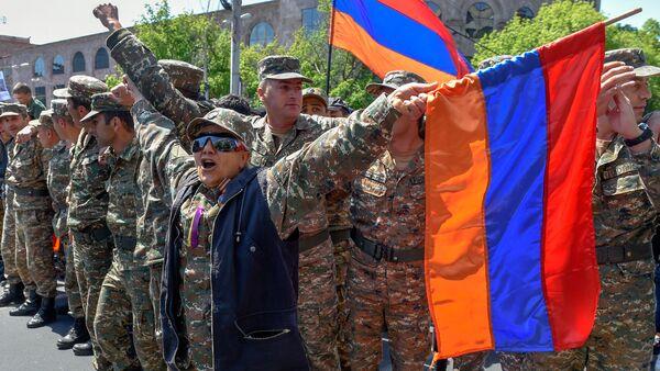 Протестующие в военной форме присоединились к шествию студентов (23 апреля 2018). Ереван - Sputnik Грузия