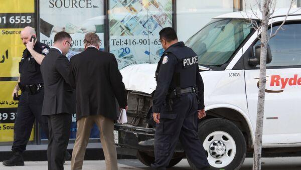 Полицейские и следственная группа на месте наезда автомобиля на людей в Торонто - Sputnik Грузия