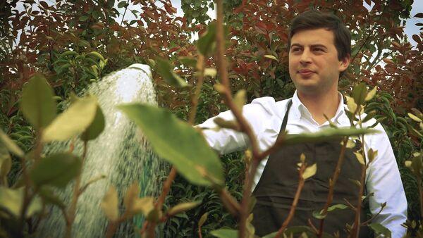 """Репортер Sputnik решил сменить профессию на садовника и целый день ухаживал за цветами в саду """"Гардения"""" Зураба Шеварднадзе - Sputnik Грузия"""