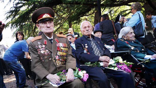 Ветераны возлагают цветы у могилы Неизвестного солдата в парке Ваке - Sputnik Грузия