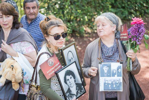 Люди пришли на акцию с цветами и портретами своих дедов и прадедов, воевавших в годы Великой Отечественной войны - Sputnik Грузия