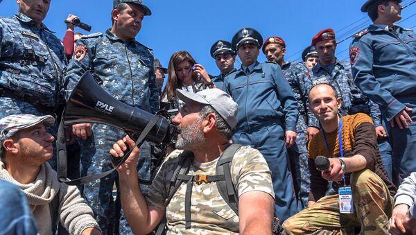 Лидер оппозиционной фракции Елк Никол Пашинян на мосту Победа (16 апреля 2018). Ереван - Sputnik Грузия