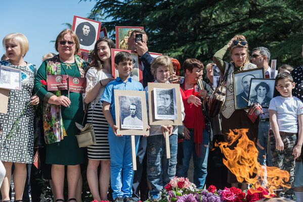 Родители детей, которые присутствовали на акции, рассказали, что в их семьях 9 Мая отмечают каждый год, и память о предках они передают детям, чтобы она сохранялась из поколения в поколение - Sputnik Грузия