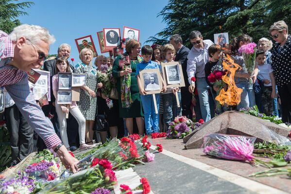 Несмотря на то, что акция Бессмертный полк проводится в течение последних лет, некоторые из людей, которые были в парке Ваке, не знали о ее проведении и расспрашивали участников и организаторов о подробностях - Sputnik Грузия
